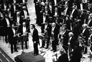 Abbado with the Orchestra onstage at Orchestra Hall on May 24, 1984 (Jeff Wassmann photo)